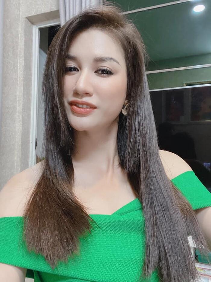 Được biết mái tóc dài này vốn chỉ là tóc giả mà Trang Trần nối vào.