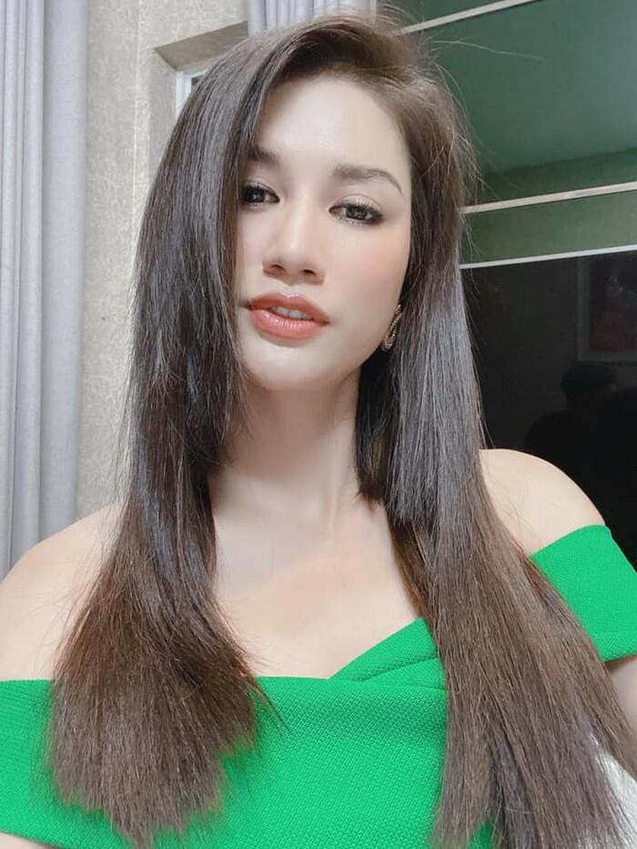 Ai nấy đều đồng tình cho rằng Trang Trần trông xinh đẹp, thùy mị hơn khi để tóc dài.