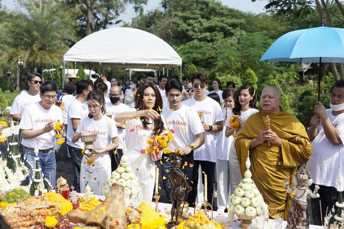 Baifern Pimchanok - Nine Naphat 'tình bể bình' trong lễ cầu may cho phim 'Sợi dây chuyền hoàng lan' 16
