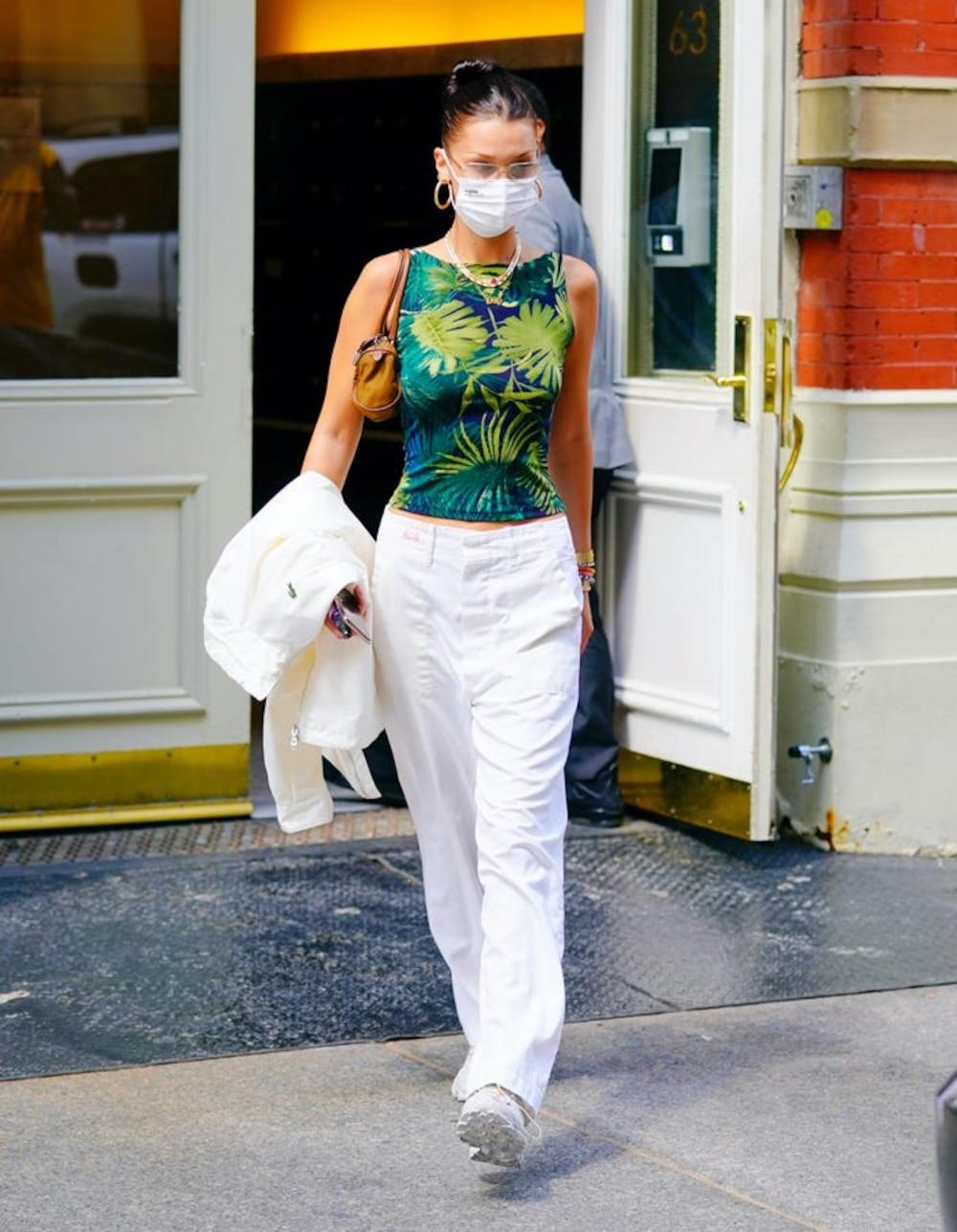Năm 2019 là năm của những chiếc túi xách siêu nhỏ, nhưng vào năm 2020, sự phổ biến của những chiếc túi đeo vai nhỏ càng tăng lên mạnh mẽ. Xu hướng này lại trở nên nổi tiếng sau khi Fendi phát hành lại chiếc baguette và Prada mang đến túi mini nylon trị giá 775 USD (17,942,800 VNĐ).