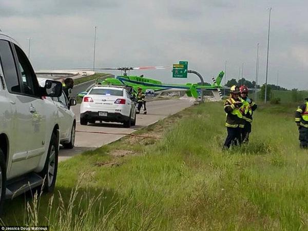 Bức ảnh anh cảnh sát dỗ dành bé gái ngay tại hiện trường vụ tai nạn giao thông gây khó hiểu, sự thật phía sau lấy nước mắt triệu người 1