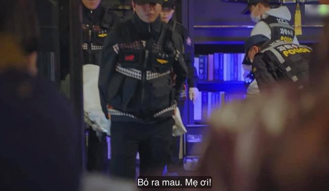 Anh chàng lại kiêm luôn chức vụ cảnh sát viên đi khiêng sát của Su Ryeon.