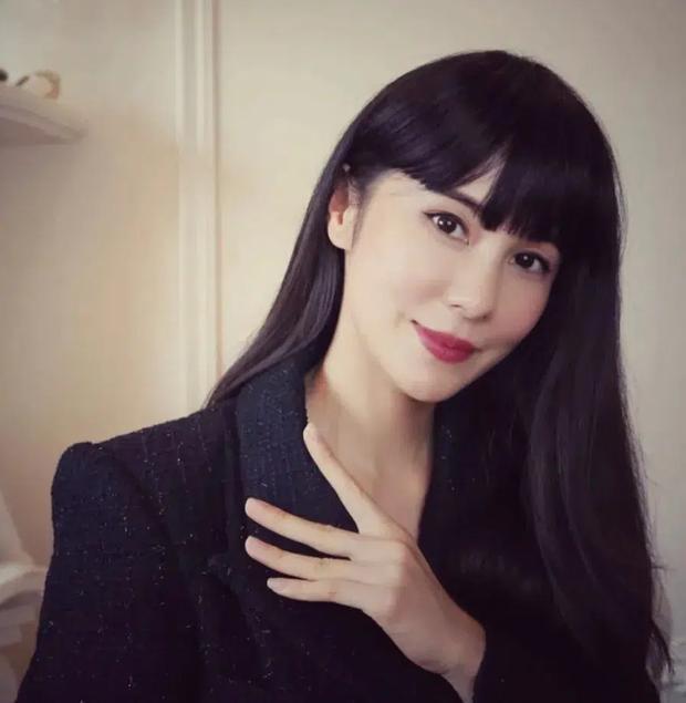 Mổ xẻ profile 'khủng' của quý cô 'chanh sả' được giới trẻ Trung Quốc ngưỡng mộ: Cuộc sống nhung lụa và danh tính người đàn ông thần bí đứng sau 0