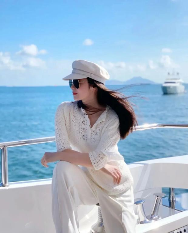 Mổ xẻ profile 'khủng' của quý cô 'chanh sả' được giới trẻ Trung Quốc ngưỡng mộ: Cuộc sống nhung lụa và danh tính người đàn ông thần bí đứng sau 1