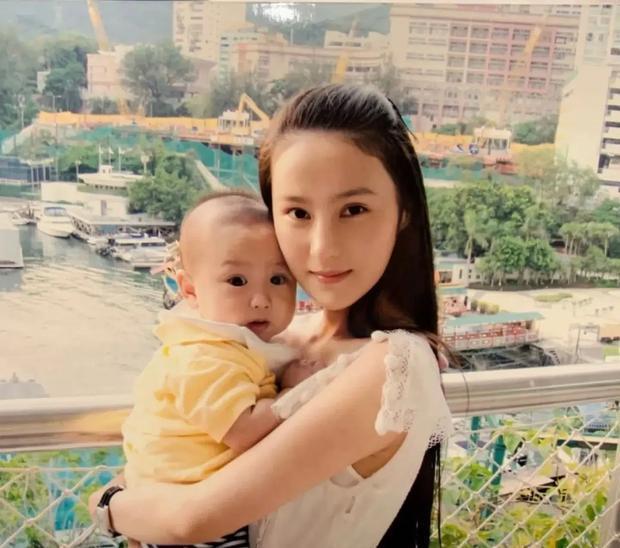 Mổ xẻ profile 'khủng' của quý cô 'chanh sả' được giới trẻ Trung Quốc ngưỡng mộ: Cuộc sống nhung lụa và danh tính người đàn ông thần bí đứng sau 8