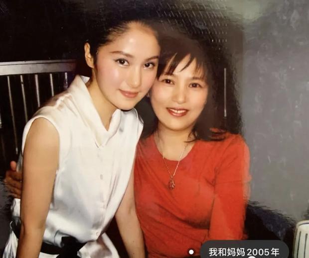Cần Cần (trái) chụp cùng mẹ vào năm 2005.