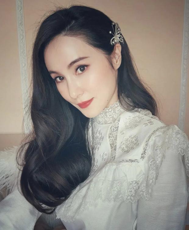 Mổ xẻ profile 'khủng' của quý cô 'chanh sả' được giới trẻ Trung Quốc ngưỡng mộ: Cuộc sống nhung lụa và danh tính người đàn ông thần bí đứng sau 12