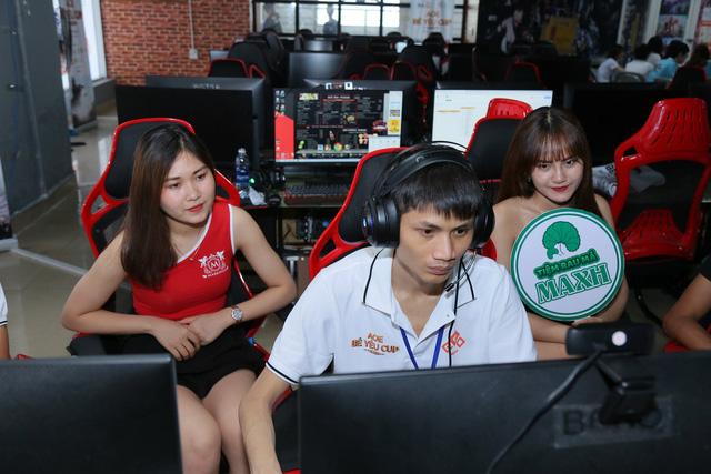 Hồng Anh là một game thủ có tính cách khá hài hước, khác hẳn với hình ảnh của game thủ này trong các buổi livestream