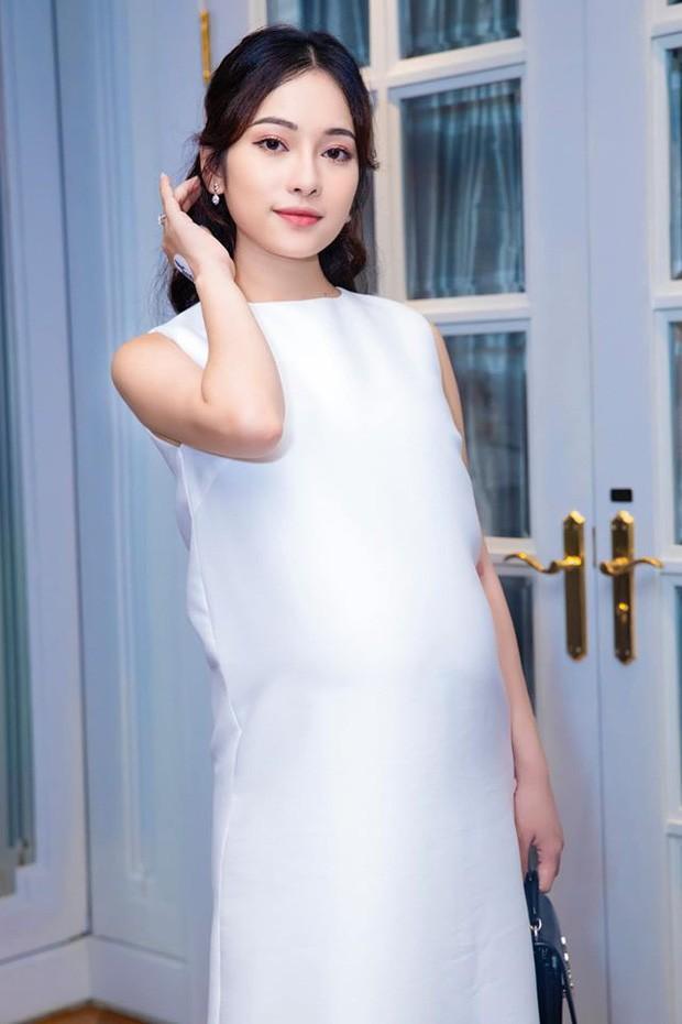Mặc chiếc váy đơn giản nhất trong những chiếc váy bầu, trông nữ ca sĩ Hà Thành vẫn vô cùng xinh đẹp.