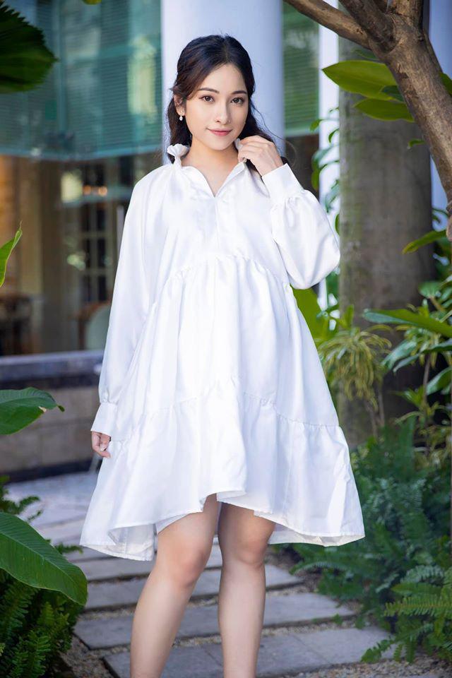 Chiếc váy sơ mi trắng này dù vô cùng kín đáo nhưng lại giúp nữ ca sĩ trông vô cùng quyến rũ.