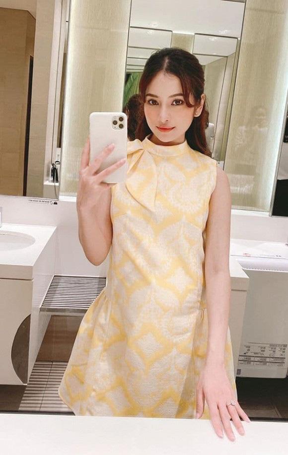 Cô ưu tiên chọn những chiếc váy có màu sắc nhẹ nhàng và trẻ trung và không kém phần sành điệu.