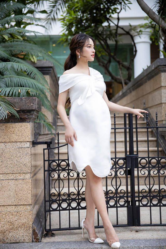 Vốn có vóc dáng thon gọn nên trông bà bầu 9X vẫn vô cùng xinh đẹp trong chiếc váy trắng lệch vai.