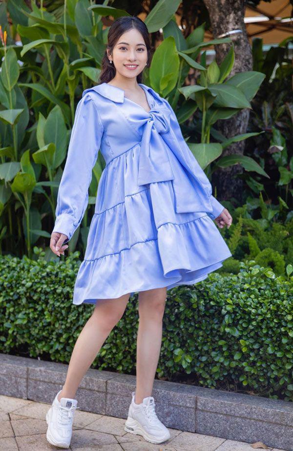 Chiếc váy xanh tím này khi được mix với giày thể thao trắng giúp cô vô cùng trẻ trung.