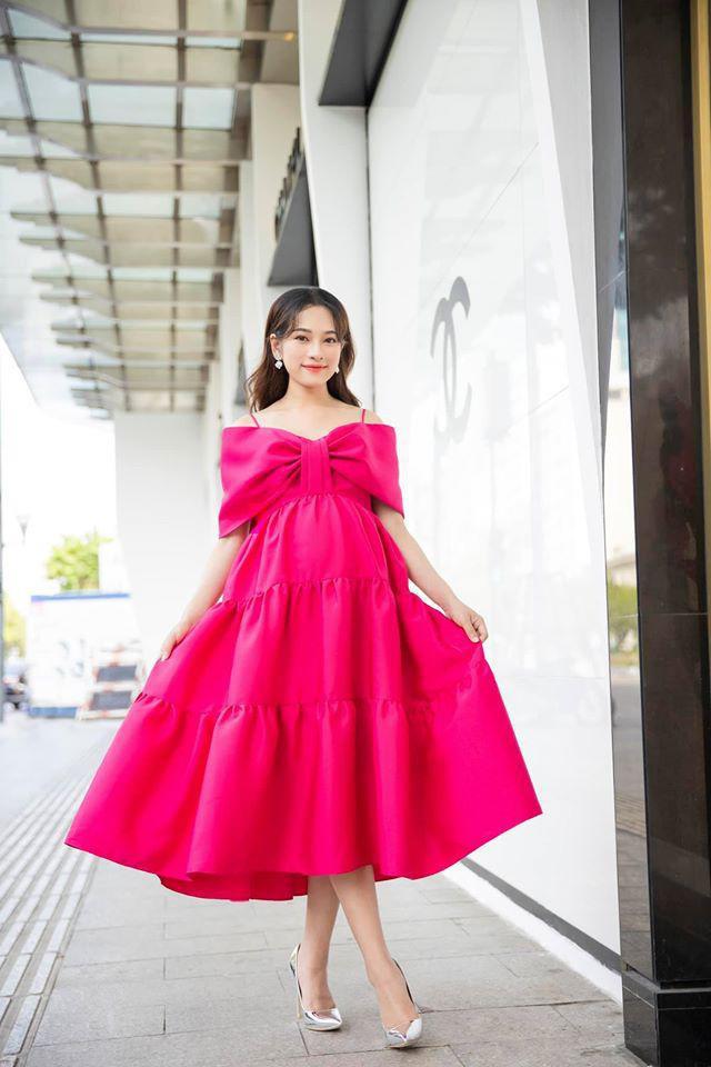 Nữ ca sĩ luôn biết cách chọn cho mình những chiếc váy vừa thời trang lại vô cùng thoải mái, dễ chịu.