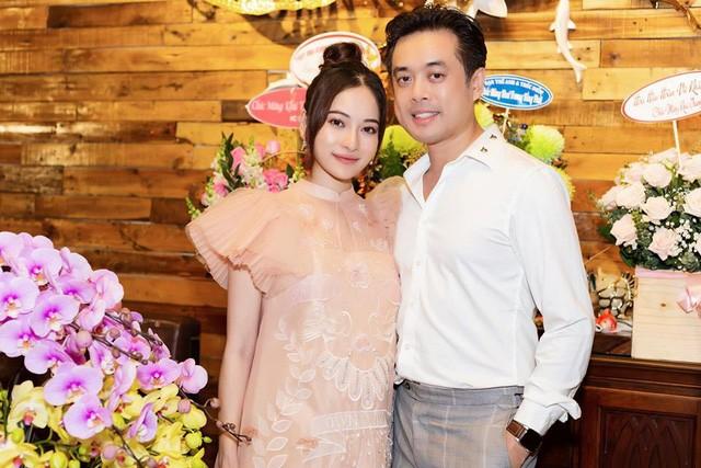 Mỗi lần đi sự kiện hoặc đi du lịch cùng nhau, bà bầu Sara Lưu và chồng cùng chọn gu ăn mặc hòa hợp hoặc cùng tông màu.