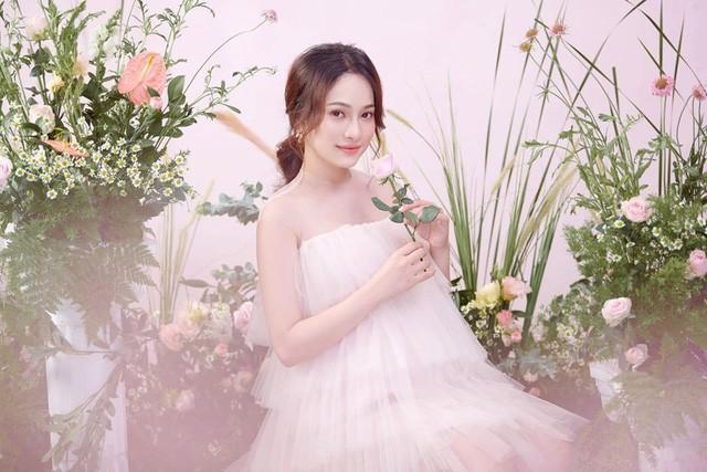 Trông cô như nàng công chúa khi diện những chiếc váy pastel nhẹ nhàng.