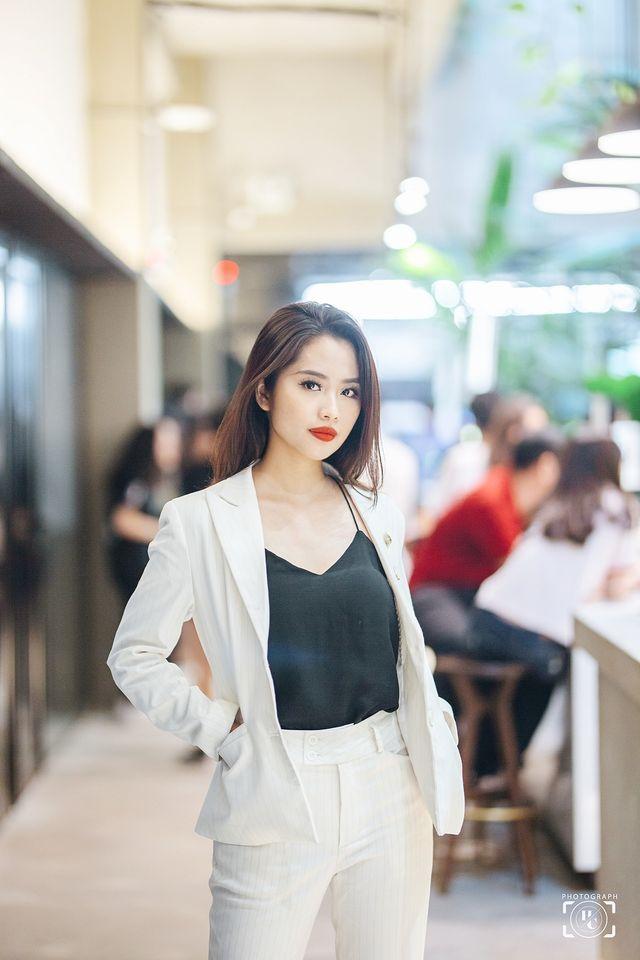 Nữ MC truyền hình 22 tuổi thi HHVN 2020: 'Các bạn đua theo xu hướng Kpop hay Âu Mỹ, mình chỉ chuộng style đơn giản chuẩn chỉnh tác phong nhà đài' 9