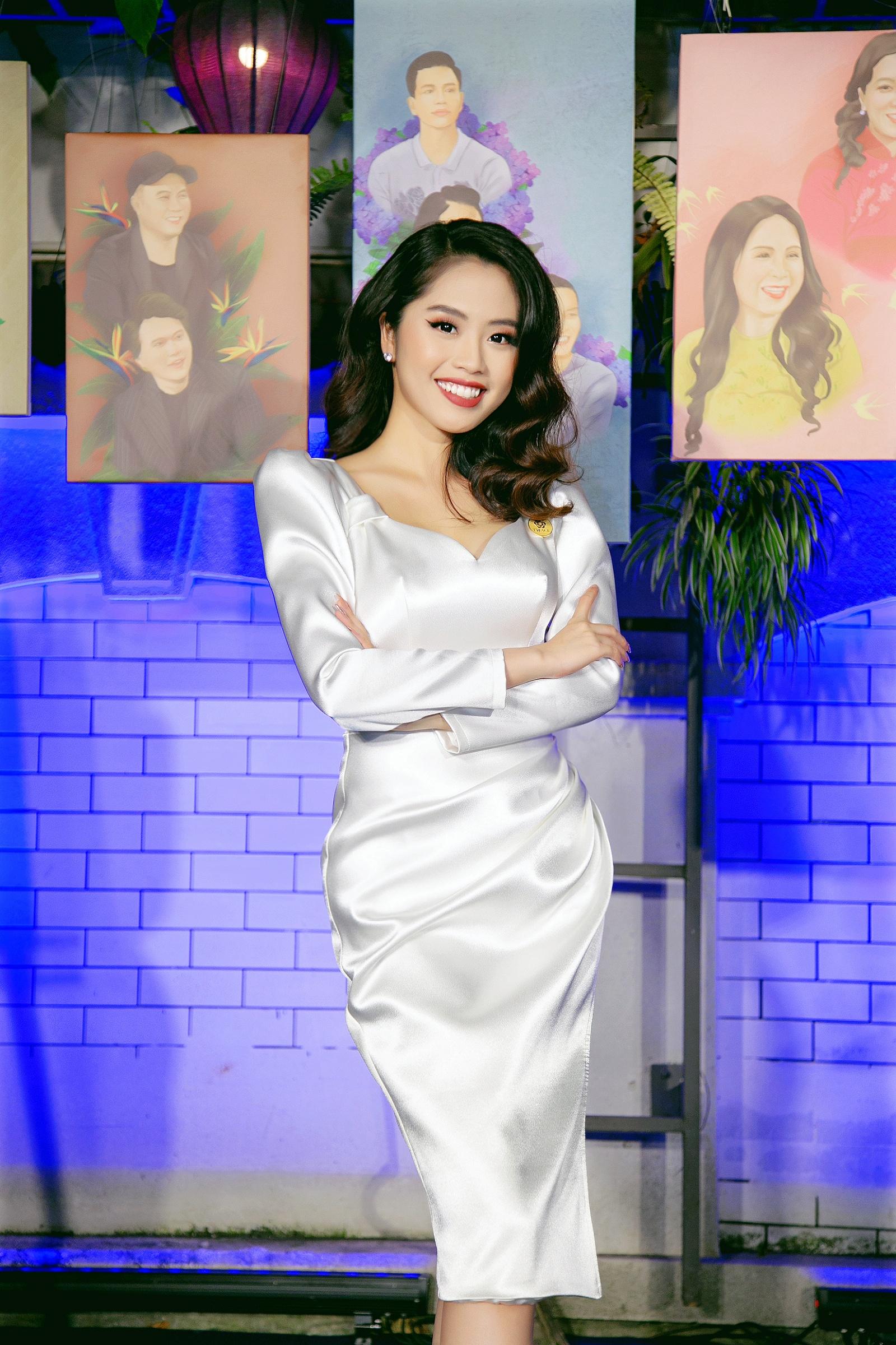 Nữ MC truyền hình 22 tuổi thi HHVN 2020: 'Các bạn đua theo xu hướng Kpop hay Âu Mỹ, mình chỉ chuộng style đơn giản chuẩn chỉnh tác phong nhà đài' 15