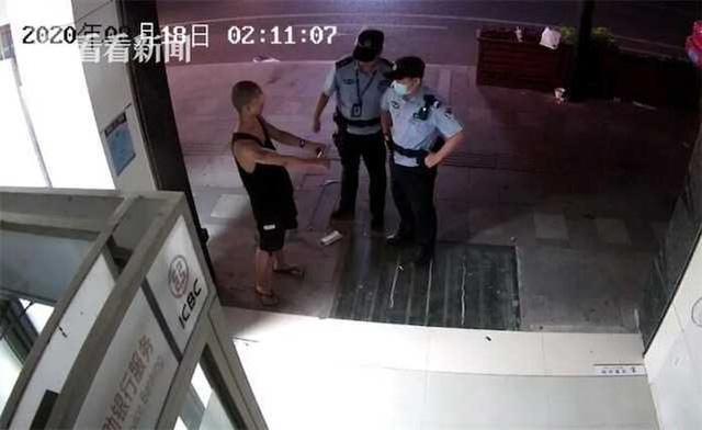 Rồi sau đó chủ động báo cảnh sát và mong muốn được còng tay, mang về đồn