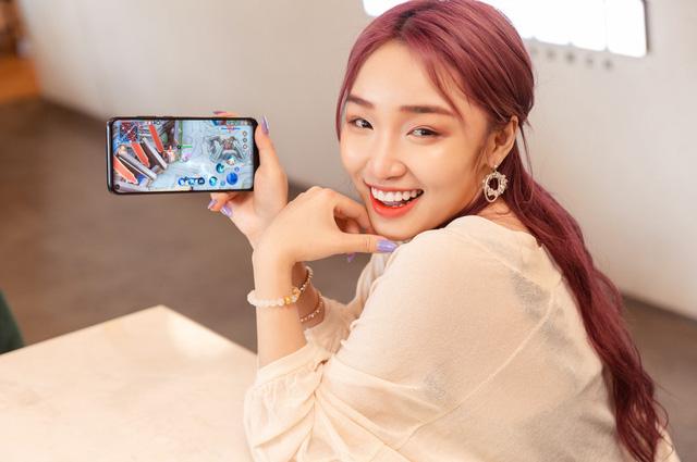 Nữ game thủ xinh đẹp quảng cáo điện thoại trải nghiệm trọn vẹn LMHT bị ném đá oan được CĐM cảm thông 1