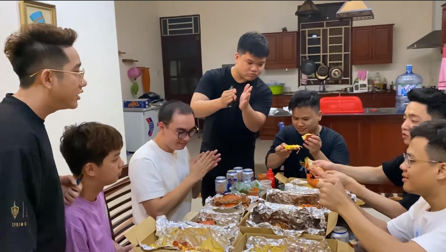 Các thành viên Team Flash cùng nhau ăn uống tại tầng 1.