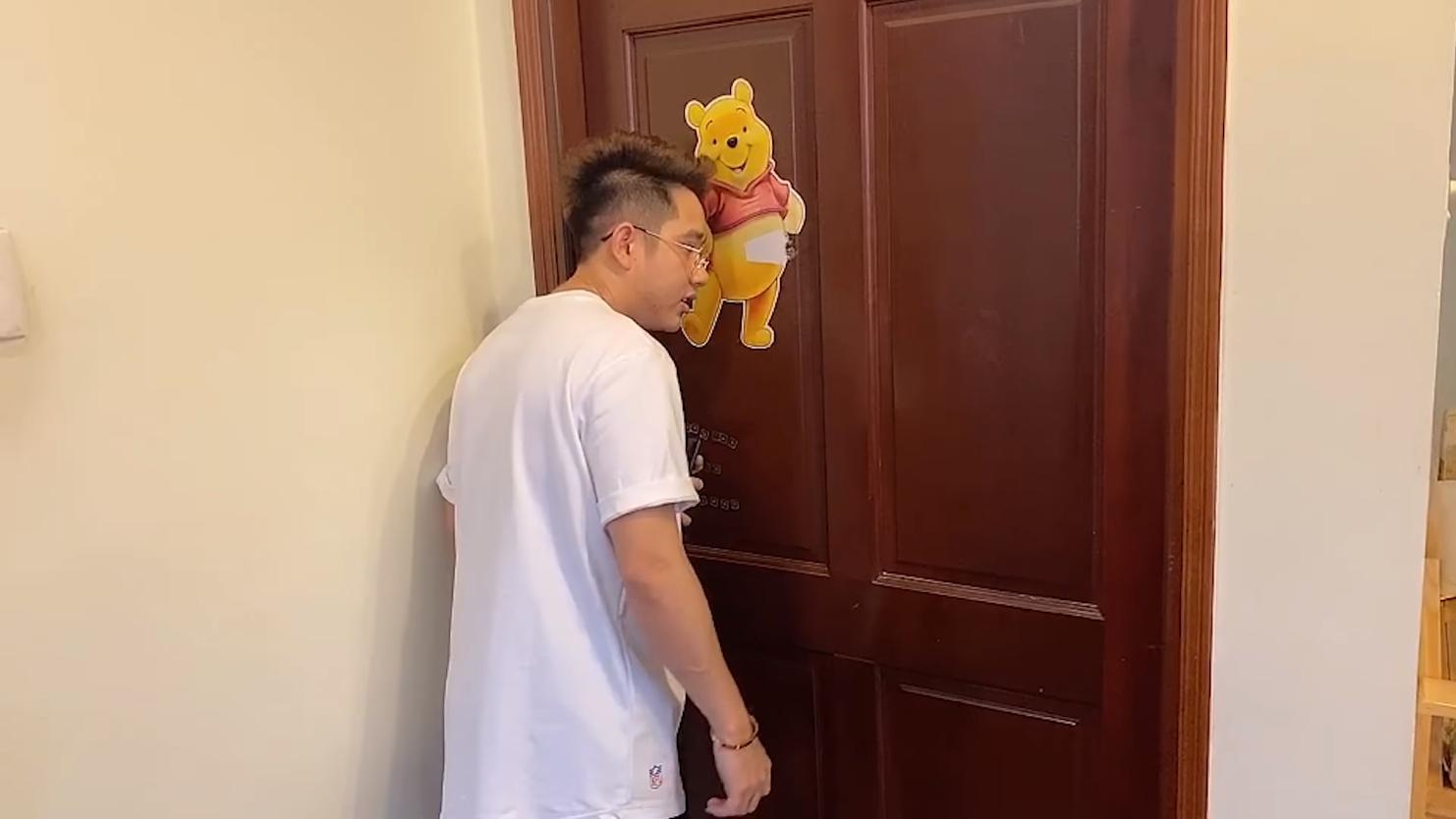 HLV Gấu và quản lý Harvin là 2 người có phòng riêng trong căn nhà. Một phòng dành cho HLV Gấu. Căn phòng được trang trí rất ngộ nghĩnh với chú gấu Pooh ở bên ngoài.