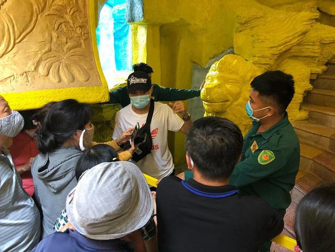 Thân nhân có mặt tại chùa Kỳ Quang 2 để nhận dạng tro cốt