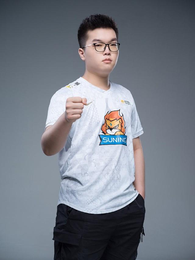 Suning tung bộ ảnh ra mắt áo đấu chính thức cho CKTG 2020, dân mạng Trung Quốc bình luận: 'Ông SofM lại cưa sừng làm nghé à?' 7