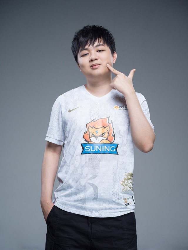 Suning tung bộ ảnh ra mắt áo đấu chính thức cho CKTG 2020, dân mạng Trung Quốc bình luận: 'Ông SofM lại cưa sừng làm nghé à?' 8
