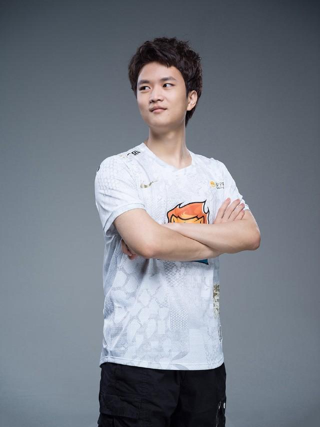 Suning tung bộ ảnh ra mắt áo đấu chính thức cho CKTG 2020, dân mạng Trung Quốc bình luận: 'Ông SofM lại cưa sừng làm nghé à?' 11