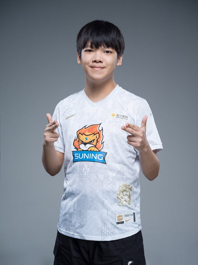 Suning tung bộ ảnh ra mắt áo đấu chính thức cho CKTG 2020, dân mạng Trung Quốc bình luận: 'Ông SofM lại cưa sừng làm nghé à?' 10
