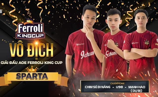 Chim Sẻ Đi Nắng cùng 2 người đồng đội đã nâng cao chiếc Cup tại giải đấu này
