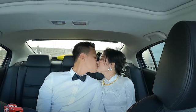 Nụ hôn và lễ ăn hỏi là thành quả của nhiều năm yêu nhau