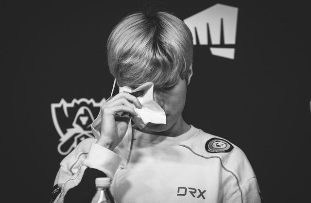 Nghẹn lòng trước khoảnh khắc Deft bật khóc sau trận thua DAMWON: 'Thực lòng xin lỗi các đồng đội của tôi' 0