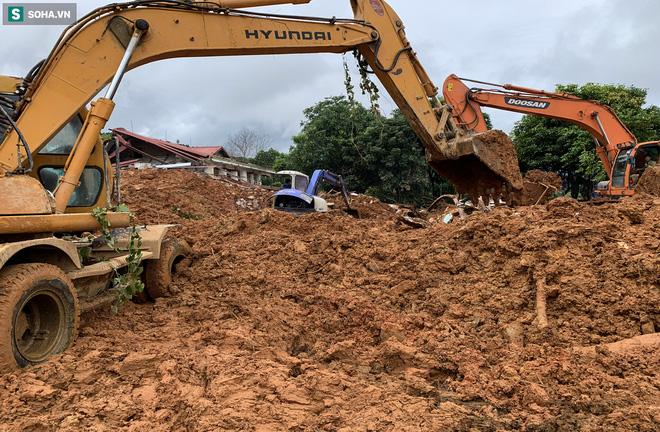 Hơn 10 chiếc xe xúc được điều vào hiện trường, tiếp tục đào xới để tìm kiếm những người mất tích còn lại. Ảnh: Hải Long