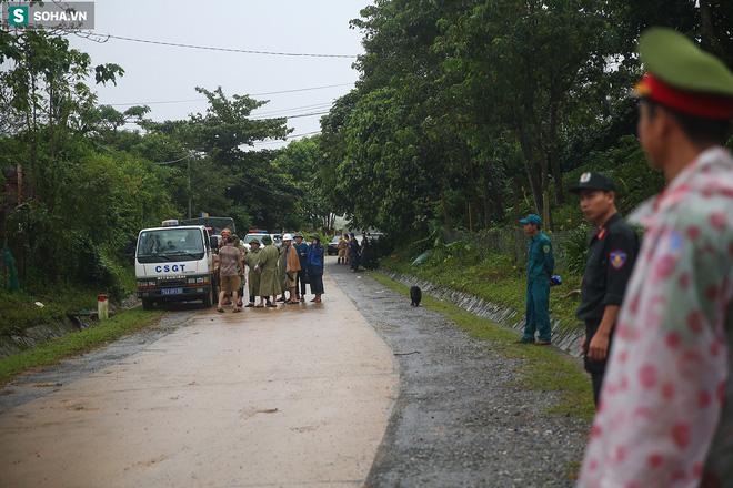 Từ 8h sáng, lực lượng chức năng đã canh gác nghiêm ngặt, chặn hai đầu của khu vực đường dẫn vào Đoàn 337, người không có nhiệm vụ không thể lọt vào bên trong.