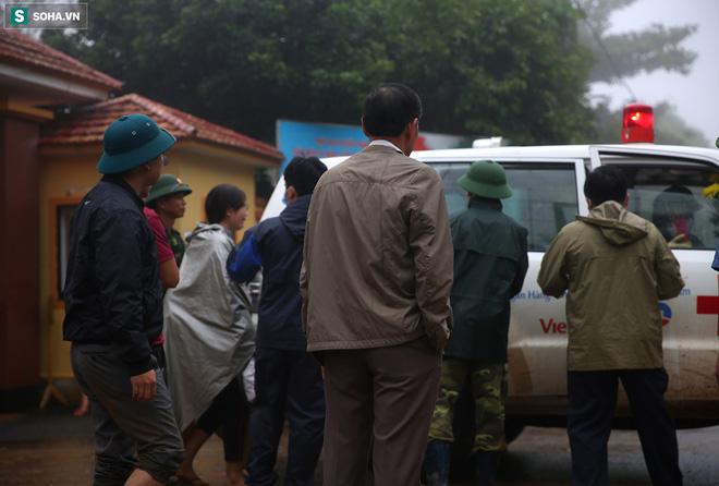 Người thân của các chiến sĩ tử nạn khóc ngất, cố bám theo xe cứu thương khi thấy chồng, con, anh của mình được đưa ra ngoài.