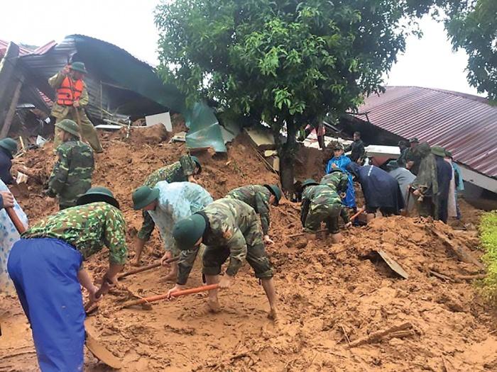 Lực lượng chức năng đang tích cực tìm kiếm nạn nhân trong vụ sạt lở ở Quảng Trị. Ảnh: Báo Giao thông