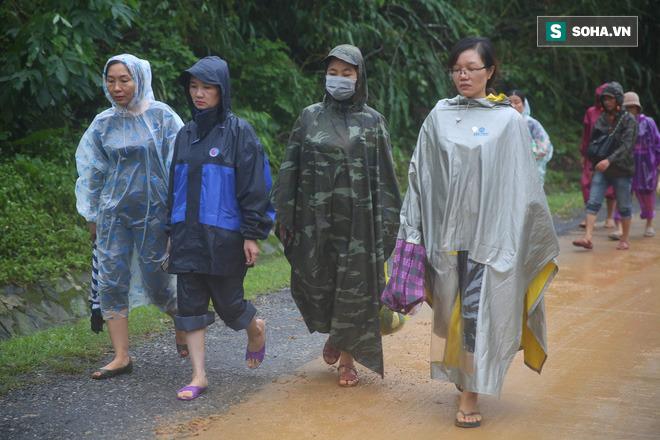 Nhiều người từ Hà Tĩnh, Quảng Bình, Nghệ An... vào từ sớm. Ai cũng khóc nghẹn.