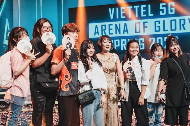 ADC cùng mẹ và người yêu hot girl Kim Chung Phan khi giành ngôi vô địch ĐTDV mùa Xuân 2020.