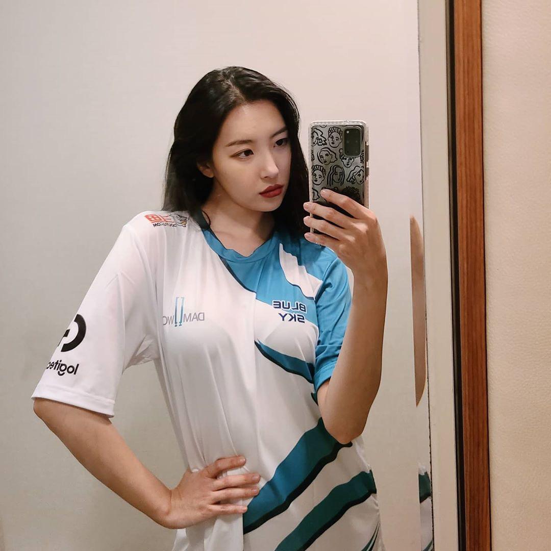 CKTG 2020: Nữ hoàng sexy Kpop cực phấn khích với màn 'cà khịa' G2 của DWG 2