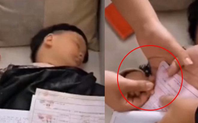 Bé trai 5 tuổi ngủ say bị người nhà cầm ngón tay ấn vào giấy liên tục, sau khi tỉnh dậy trở thành đại gia 0
