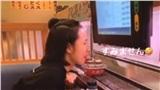 Cô gái Việt khiến nhiều người kinh hoàng khi ngồi liếm sushi trên băng chuyền
