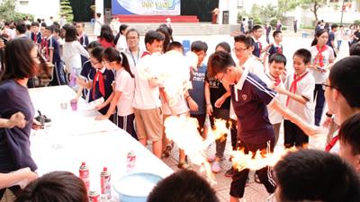 Teen hào hứng khi làm khoa học chơi với lửa