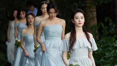 Mời phù dâu Lưu Diệc Phi xinh đẹp đến thế này, cô dâu thật... 'dũng cảm'