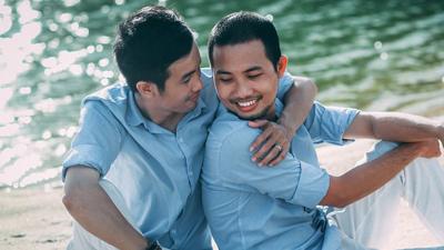 Kỷ niệm 1 năm yêu nhau, cặp đồng tính nam chụp bộ ảnh 'tình bể bình' cực ngọt ngào