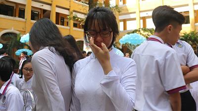 Những đôi mắt nhòe lệ trong buổi lễ trưởng thành tại trường THPT Trưng Vương TP.HCM
