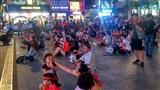 Phố đi bộ Nguyễn Huệ: Người dân đổ đến từ chiều, ăn bánh mì chống đói chờ Olympic Việt Nam thi đấu