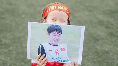 'Lịm tim' với loạt ảnh em bé lai Việt - Canada cổ vũ Lương Xuân Trường trước thềm AFF Cup