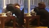 Cặp đôi thản nhiên 'ân ái' ở quán ăn khiến người xung quanh cũng thấy 'đỏ mặt'